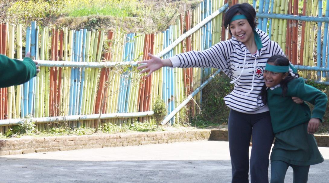 ネパールの学生とスポーツに取り組む日本人教育ボランティア